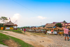 Laos - kan 5 2016: De markt in Vang Vieng op de rivier van het namlied Stock Afbeelding
