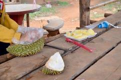 Laos-Leute, die Durian abziehen lizenzfreies stockbild