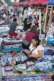 LAOS LUANG PRABANG NIGHTMARKET HEMSLÖJD arkivfoto