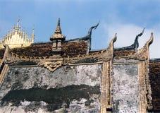 laos luangphabang roofs tempelet Arkivfoto