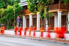 laos luangprabang Allmosa som ger sig i morgonen Royaltyfria Foton