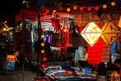 laos luangprabang Nattmarknad som säljer hantverket Arkivbild