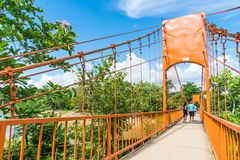 laos vangvieng Maj 12 2017: Orange färgbro på den Jung grottan Arkivfoto