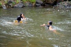 Laotian trzy dziewczyny ludzie bawić się i pływający w strumieniu Tad Yea Obrazy Stock