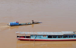 Fiskare i fartyg på Mekong River. Luang Prabang. Laos. Arkivfoton