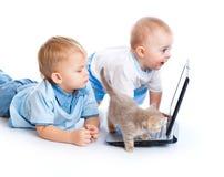 lap-top γατακιών παιδιών λίγα Στοκ φωτογραφία με δικαίωμα ελεύθερης χρήσης