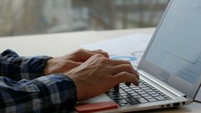 Lap-top δακτυλογράφησης επιχειρησιακών ατόμων τρόπου ζωής εργαζομένων γραφείων απόθεμα βίντεο