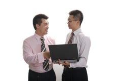 lap-top δύο επιχειρηματιών στοκ φωτογραφία με δικαίωμα ελεύθερης χρήσης