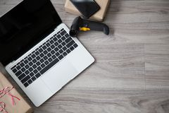 Lap-top εξοπλισμού εγχώριων επιχειρήσεων κινητό και ανιχνευτής από το topview στοκ εικόνα με δικαίωμα ελεύθερης χρήσης