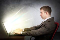lap-top επιχειρηματιών Έννοια ηλεκτρονικού εμπορίου Στοκ Εικόνες