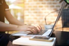 Lap-top επιχειρησιακών χρησιμοποιημένο γυναίκα υπολογιστών στην εργασία υπαίθρια Στοκ φωτογραφία με δικαίωμα ελεύθερης χρήσης