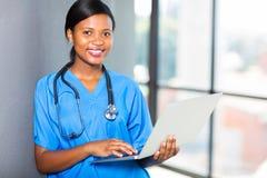 Lap-top εργαζομένων υγειονομικής περίθαλψης Στοκ φωτογραφία με δικαίωμα ελεύθερης χρήσης