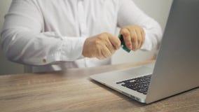 Σε απευθείας σύνδεση έννοια αγορών χέρια ατόμων που κρατούν την πιστωτική κάρτα και που χρησιμοποιούν το lap-top η πιστωτική κάρτ απόθεμα βίντεο