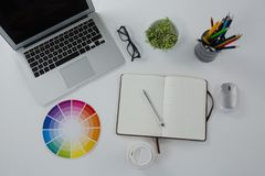 Lap-top, θεάματα, swatch χρώματος και χαρτικά στο άσπρο υπόβαθρο Στοκ φωτογραφίες με δικαίωμα ελεύθερης χρήσης
