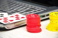 Lap-top, κάρτες πόκερ και τσιπ πόκερ Στοκ Φωτογραφία
