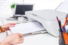 Lap-top και εκτυπωτής, εσωτερικό γραφείων στοκ εικόνες με δικαίωμα ελεύθερης χρήσης