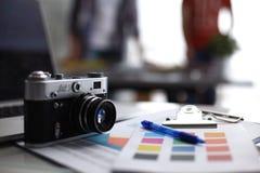 Lap-top και κάμερα στο γραφείο με το φάκελλο Στοκ εικόνες με δικαίωμα ελεύθερης χρήσης