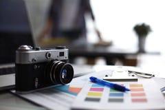 Lap-top και κάμερα στο γραφείο με το φάκελλο Στοκ φωτογραφία με δικαίωμα ελεύθερης χρήσης