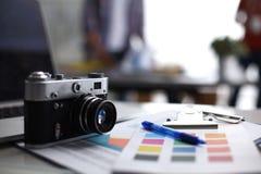 Lap-top και κάμερα στο γραφείο με το φάκελλο Στοκ εικόνα με δικαίωμα ελεύθερης χρήσης