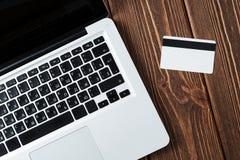 Lap-top και πιστωτική κάρτα στο γραφείο Στοκ Εικόνα