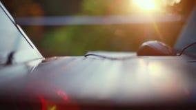 Lap-top και ποντίκι υπαίθρια στο ηλιοβασίλεμα με τα όμορφα αποτελέσματα φλογών φακών κλείστε επάνω 1920x1080 απόθεμα βίντεο