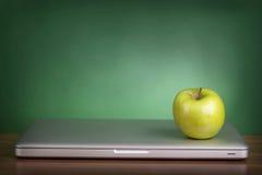 Lap-top και πράσινο μήλο Στοκ Φωτογραφία