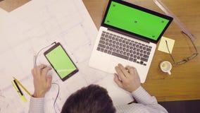 Lap-top και ταμπλέτα με την πράσινη οθόνη στον πίνακα απόθεμα βίντεο