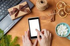 Lap-top και τηλέφωνο με την κενή οθόνη για την εποχιακή διαφήμιση Χριστουγέννων Στοκ Φωτογραφίες