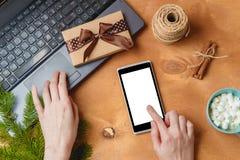 Lap-top και τηλέφωνο με την κενή οθόνη για την εποχιακή διαφήμιση Χριστουγέννων Στοκ Φωτογραφία