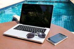 Lap-top και smartphone κοντά στη λίμνη Στοκ εικόνα με δικαίωμα ελεύθερης χρήσης