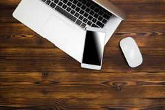 Lap-top και smartphone στην ξύλινη τοπ άποψη υποβάθρου στοκ εικόνες