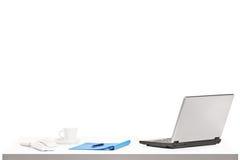 Lap-top, καφές και άλλα αντικείμενα γραφείων σε έναν πίνακα Στοκ εικόνες με δικαίωμα ελεύθερης χρήσης