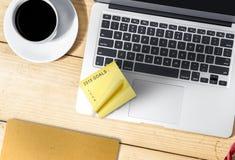 Lap-top, καφές και κατάλογος 2019 στόχων στις κίτρινες σημειώσεις στοκ εικόνες