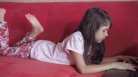 lap-top κοριτσιών λίγα φιλμ μικρού μήκους