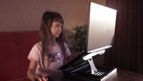 lap-top κοριτσιών λίγα απόθεμα βίντεο