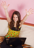 lap-top κοριτσιών εφηβικό Στοκ Εικόνες