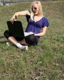lap-top κοριτσιών υπαίθριο Στοκ φωτογραφία με δικαίωμα ελεύθερης χρήσης