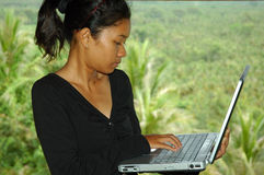 lap-top κοριτσιών υπολογιστών έξω από τη χρησιμοποίηση των διακοπών Στοκ φωτογραφία με δικαίωμα ελεύθερης χρήσης