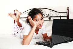 lap-top κοριτσιών υπολογιστών στοκ φωτογραφία με δικαίωμα ελεύθερης χρήσης