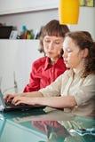 lap-top κορών mom στοκ φωτογραφίες