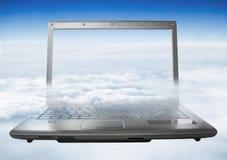 Lap-top με ένα θεϊκό τοπίο στην οθόνη Το lap-top πετά στα ύψη Στοκ Εικόνες