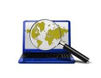 Lap-top με μια ενίσχυση - γυαλί που ψάχνει το Διαδίκτυο Στοκ φωτογραφίες με δικαίωμα ελεύθερης χρήσης