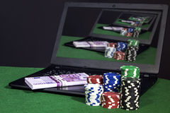 Lap-top με τα τσιπ χρημάτων και πόκερ Στοκ Εικόνα