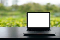 Lap-top με την κενή οθόνη στον πίνακα, εννοιολογικός χώρος εργασίας, φορητός προσωπικός υπολογιστής με την κενή άσπρη οθόνη στον  στοκ φωτογραφίες
