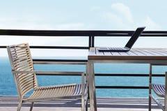 Lap-top με την ωκεάνια όψη Στοκ εικόνα με δικαίωμα ελεύθερης χρήσης