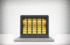 Lap-top με τις χρυσές ράβδους, άσπρος πίνακας στοκ φωτογραφία με δικαίωμα ελεύθερης χρήσης