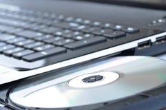 Lap-top με τον ανοικτό ρυθμιστή του CD Στοκ εικόνες με δικαίωμα ελεύθερης χρήσης