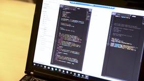 Lap-top με τον κώδικα υπολογιστών Ανάπτυξη λογισμικού Κωδικός πηγής λογισμικού παλαιό έγγραφο κώδικα που προγραμματίζει μερικούς  απόθεμα βίντεο