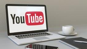 Lap-top με το λογότυπο YouTube στην οθόνη Σύγχρονη εννοιολογική εκδοτική τρισδιάστατη απόδοση εργασιακών χώρων ελεύθερη απεικόνιση δικαιώματος