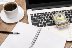 lap-top με το σημειωματάριο, το φλιτζάνι του καφέ και το δολάριο Στοκ φωτογραφίες με δικαίωμα ελεύθερης χρήσης
